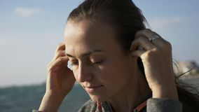 投入在体育耳朵无线耳机的健身妇女特写镜头画象 影视素材