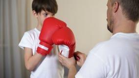 投入在儿子的有同情心的父亲武装拳击手套和教学保护自己 影视素材