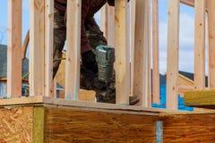 投入在内墙分开的建筑承包商工作者 免版税图库摄影