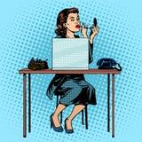 投入在唇膏的女实业家在办公室 库存图片
