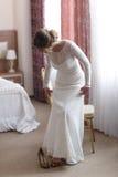 投入在她的白色鞋子的新娘 库存图片
