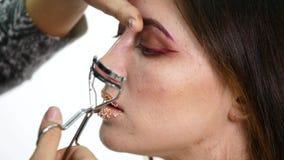投入在式样` s的构成的化妆师注视以化妆设备工具扭转睫毛 染睫毛油睫毛 股票录像