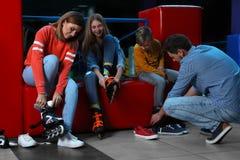 投入在溜冰鞋的幸福家庭 免版税库存照片
