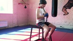 投入在猛击的套的美丽的Kickboxing妇女在健身演播室剧烈力量适合的身体4k 影视素材