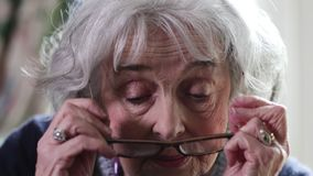 投入在玻璃和微笑的资深妇女 股票录像