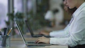 投入在玻璃的负责任的女性经理,开始在膝上型计算机的工作在办公室 股票录像