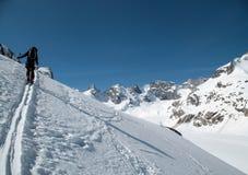 投入在第一条轨道的男性backcountry滑雪者在他的途中对北部面孔的极端滑雪下降在Forno的瑞士阿尔卑斯 库存照片