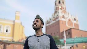 投入在红场的俄国军用盖帽的快乐的西班牙游人 影视素材