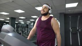 投入在耳机的运动员听到音乐在锻炼,启发期间 股票录像