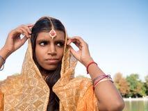 投入在莎丽服的传统年轻印地安妇女 免版税库存照片