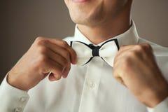 投入在蝶形领结,人蝴蝶的商人穿衣 诉讼 免版税库存照片