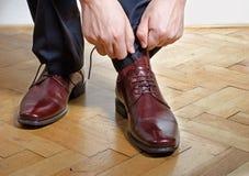 投入在鞋子的人 图库摄影