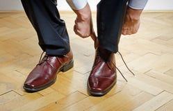 投入在鞋子的人 免版税库存照片