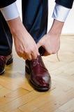 投入在鞋子的人 库存照片