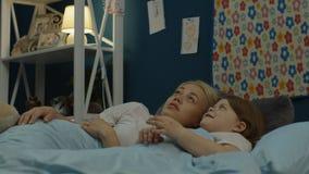投入女孩的妇女睡觉 股票录像