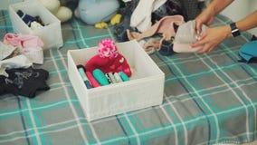 投入婴孩的妇女穿衣入箱子 影视素材