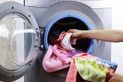 投入布料在洗衣机 库存图片