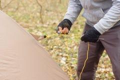 投入帐篷的年轻人在森林a 免版税库存图片