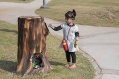 投入废物的孩子在容器 图库摄影