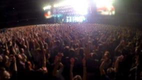 投入手在空气和拍手,爱好者在音乐会的人人群,体育场 影视素材