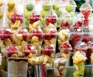 新鲜水果汁摊位 库存照片