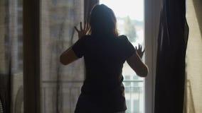 投入旅馆客房按顺序等待的客人,便宜的适应的女性佣人 股票录像