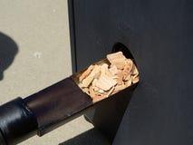 投入木片在吸烟者 图库摄影
