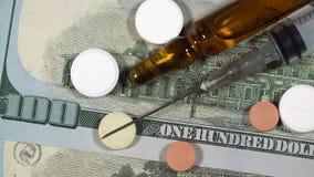 投入注射器的人的手在医疗细颈瓶和片剂附近 股票视频