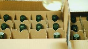 投入瓶特写镜头酒在箱子 发货的准备对零售网络 股票录像