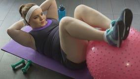 投入的年轻母亲在形状在做体操锻炼的分娩以后 影视素材
