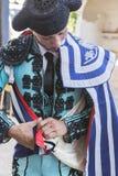 投入的西班牙斗牛士步行海角在胡同在出去前战斗,典型和非常古老传统在利纳雷斯,哈恩省 免版税库存图片