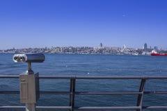 投入硬币后自动操作的公众双眼由海俯视的bosphorus 免版税图库摄影