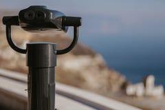 投入硬币后自动操作的双筒望远镜在海边 库存照片