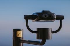 投入硬币后自动操作的双筒望远镜在海边 库存图片