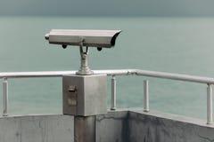投入硬币后自动操作的双筒望远镜有海视图 库存照片