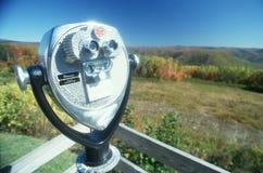 投入硬币后自动操作的双筒望远镜 免版税库存图片