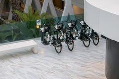投入硬币后自动操作的自行车租务 图库摄影