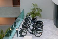 投入硬币后自动操作的自行车租务 库存图片