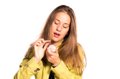 投入硬币的女孩在小存钱罐中 库存照片