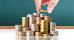 投入硬币的手人的手对金钱 库存图片