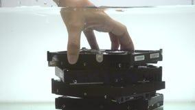 投入硬盘驱动器在水中 股票录像