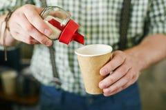 投入糖在咖啡 免版税图库摄影