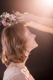投入花的女儿在母亲在黑色的` s头缠绕 库存照片