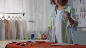 投入螺纹的裁缝在针,开始一起缝合衣裳的零件 影视素材