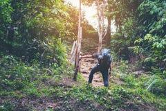 投入袋子丝毫鞋子鞋类走到climbi的年轻行家人 免版税图库摄影