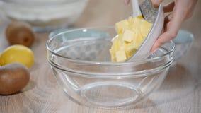 投入软的黄油的妇女手在碗 步做烹调蛋糕,准备面团 成份:黄油,糖,鸡蛋 股票视频