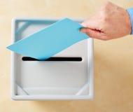 投入选票的手在投票箱 库存图片