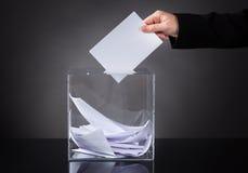 投入选票的手在箱子 免版税图库摄影