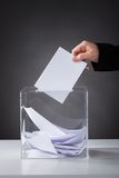 投入选票的手在箱子 图库摄影