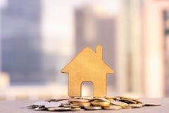 保存的议院和硬币堆能买房子 物产投资和房子抵押财政概念 免版税库存照片
